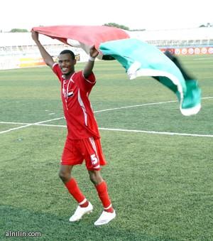 مدثر كاريكا يحمل علم السودان بعد تسجيله لهدفين في بوركينا فاسو - أمم افريقيا 2012