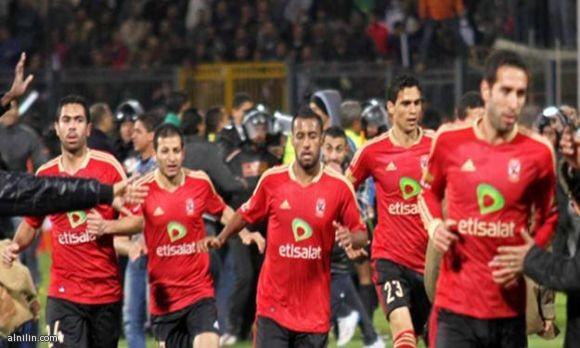 لاعبو الأهلي المصري يفرون من ستاد بورسعيد عقب أحداث الشغب 1/2/2012