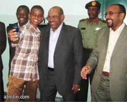 طالب كرّمه الرئيس يكسر البروتوكول الرئاسي ويلتقط صورة بموبايله الخاص والبشير يضحك!!