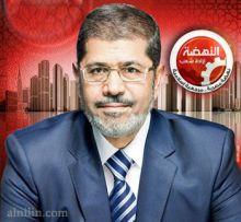 """مرسي يستخدم """"لغة الإشارة"""" لتوصيل رسائله خلال جلسة محاكمته"""