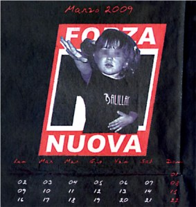 Ein kleines Mädchen erhebt die rechte Hand zum Gruß. Monatsblatt März des Forza Nuova-Kalenders 2009.