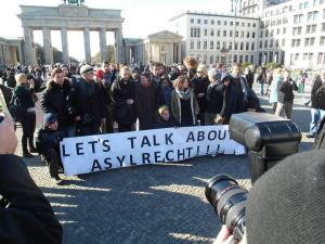 Protests against the current asylum law at the Brandenburg Gate. (Photo: Dirk Stegemann)