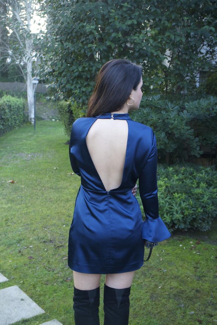 henry-london-embajadora-paula-fraile-vestido-escote-espalda-azul-bolso-loewe-amaras-la-moda7