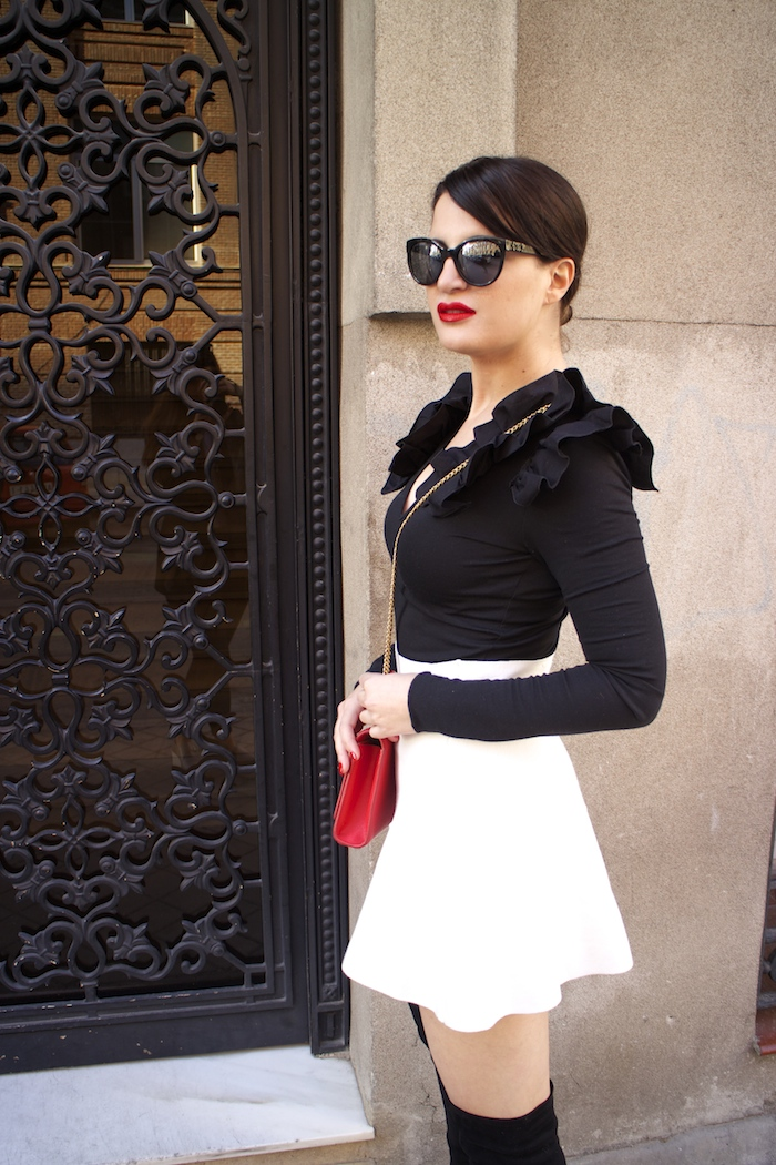 camiseta volantes hombro Zara zara blanca bolso yves saint laurent paula fraile chanel sunnies amaras la moda4