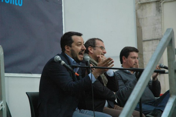 """Salvini: """"Se qualcuno ha voglia di dibattere c'è una sedia libera! Se l'amico là in fondo vuole dare un significato politico al bastardo viene qua… Parliamo!"""" La curva: """"E Salvini alè, e Salvini alè, e Salvini Alè… Co-glio-ne!"""" Salvini pensa che siano necessarie più sedie."""