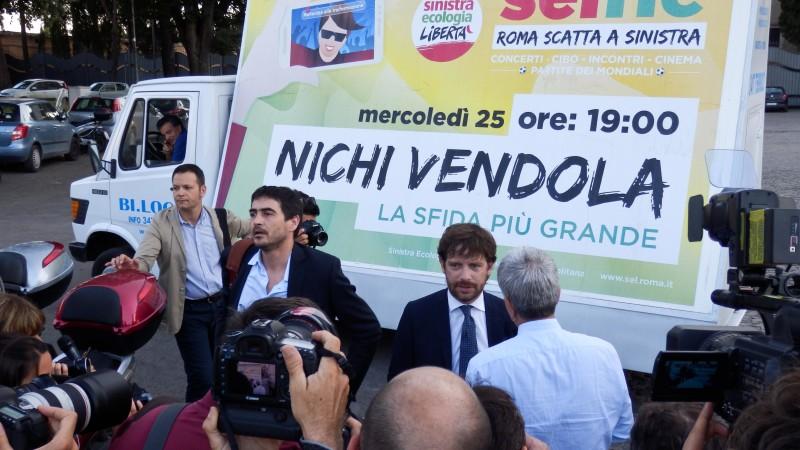 Mentre i giornalisti tentano di captare il contenuto del dialogo tra Vendola e Civati, l'autista della vela lo sta già comunicando a Verdini.