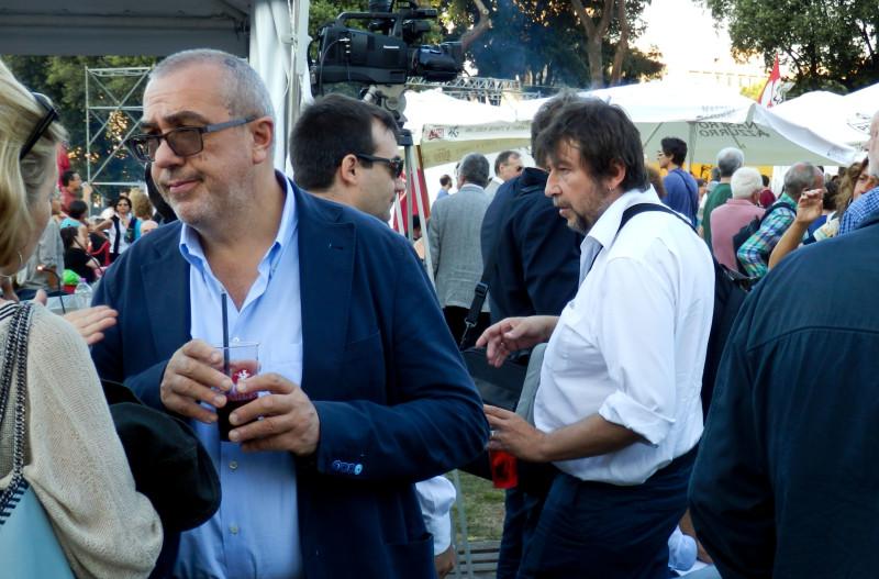 L'ora dell'aperitivo per Luca Casarini. Ma è spritz o benzina della molotov?