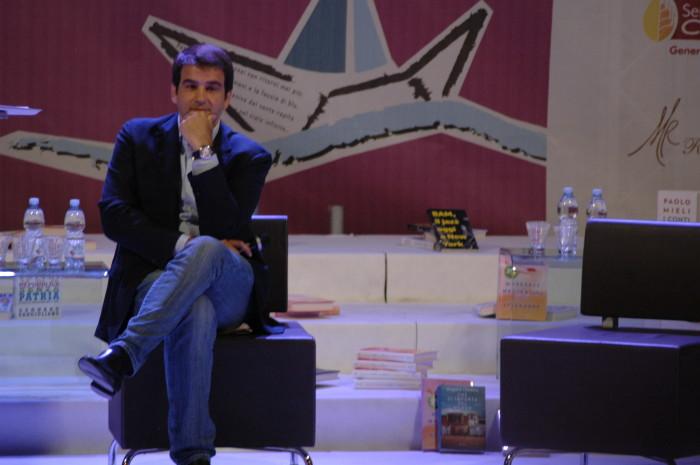 Raffaele Fitto riflette sul fatto che nell'ultimo anno Dudù abbia fatto più notizia di lui.