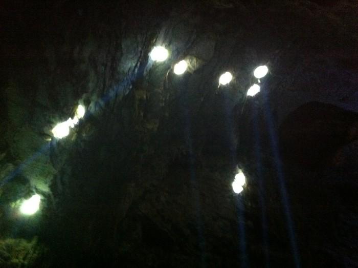L'imponente sistema anti-intrusione delle Grotte controlla che fan sprovvisti di accredito non si calino dalle aperture in superficie.