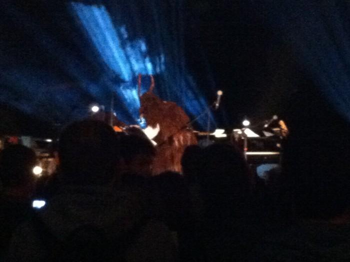 Atmosfera da inferi, sul palco compare una fiera. Ma di quale animale sarà mai la pelliccia?
