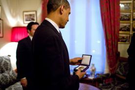 ノーベル賞メダルを見るオバマ大統領