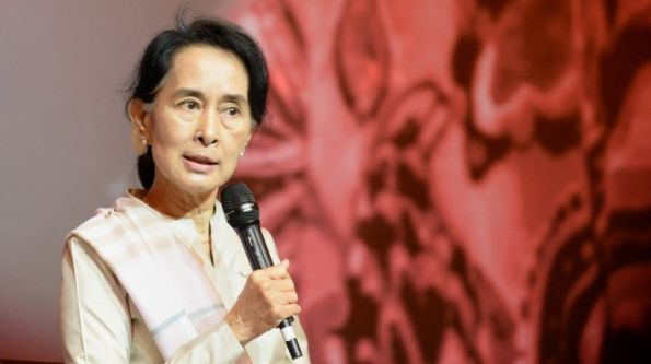"Myanmar opposition leader Aung San Suu Kyi speaks to the Myanmar community in Singapore on September 22, 2013. Myanmar opposition leader Aung San Suu Kyi warned September 21 that communal violence and weak ""rule of law"" could scare off investors despite the country's rapid pace of political and economic reform. AFP PHOTO / ROSLAN RAHMAN"