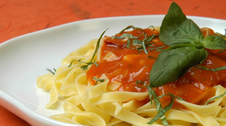 fetuccini with tomato and basil sauce;fetuccini;fetuccini with tomato sauce;pasta;tomatoes;tomato sauce;strips;basil;herbs;aromatic;olive oil;Spanish cuisine;Spanish cooking;Italian cuisine;food