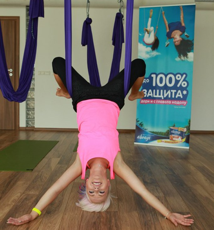 Poli Genova praktikuva aero yoga