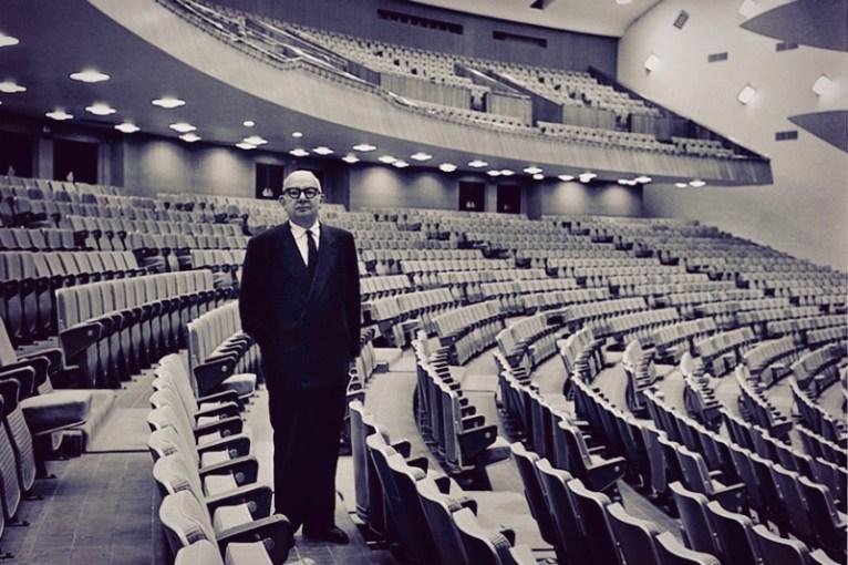 El arquitecto posa con el Aula Magna de la UCV