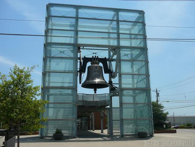 En Newport, Kentucky (Estados Unidos), es la mayor campana oscilante en el mundo, de un total de más de 20 campanas dedicadas a la paz