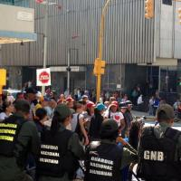 Reportan grupos chavistas a las afueras de la AN y supuestas agresiones
