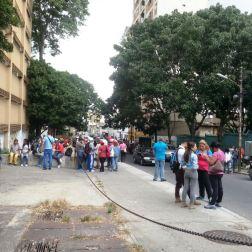Colectivos frente a la Escuela de Médicos del Hospital Vargas