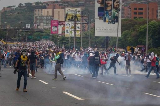 Opositores regresan las bombas lacrimógenas lanzadas por el GNB en la autopista Francisco Fajardo / Foto: EFE