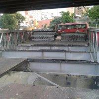 Desarman puente que conecta Las Mercedes con autopista Francisco Fajardo