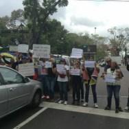 """Con la consigna """"informar no es delito"""", comunicadores sociales, locutores y fotógrafos, exigieron respeto al trabajo periodístico y repudiaron la censura instaurada en los medios de la capital monaguense"""