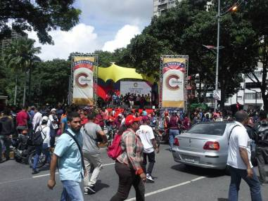 Tarima instalada por el oficialistas frente a sede del Ministerio Público / Foto: Mariana Souquett