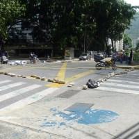 Manifestantes cierran con barricadas calles y avenidas de Los Palos Grandes