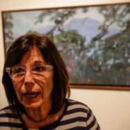 """Fotografía del 10 de octubre de 2017, que muestra a la curadora de la galería CAF, Mariela Provenzali, frente a la obra """"El Ávila desde el Cerrito"""", de Adrián Pujol, que hace parte de la exposición """"Caracas, un lugar"""" Foto EFE"""