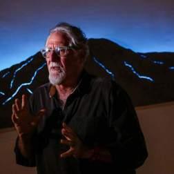 """Fotografía del 10 de octubre de 2017, que muestra al artista Ricardo Benaím mientras habla frente a su obra """"Norte"""", que hace parte de la exposición """"Caracas, un lugar"""", Foto EFE"""