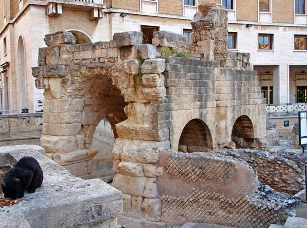 Anfiteatro romano di Augusto (inizio 1 ° c. CE) aggiornato con probabile adrianea (117-138 dC) lavori di ristrutturazione, in parte scavato nella roccia e in parte costruito.