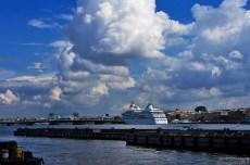Огромное круизное судно и крошечный на его фоне мост лейтенанта Шмидта (Благовещенский).