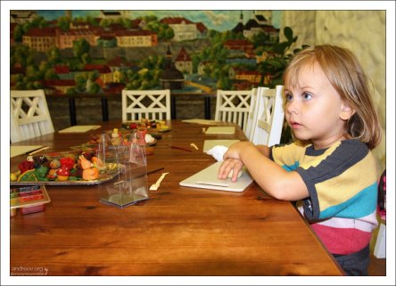 Саша на мастер-классе в музее марципана.