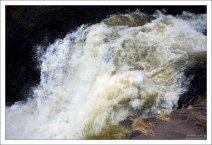 Высота водопада Кивач составляет около 11 метров.