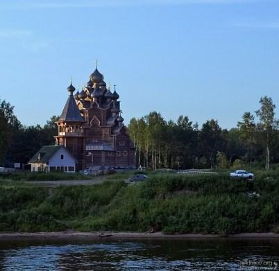 Новая деревянная крепость на берегу Невы.