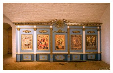 Иконы перед входом в Успенскую церковь Соловецкого монастыря.