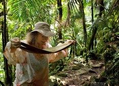 Катя намеревается испробовать дождевую воду, скопившуюся на пальмовом листе.