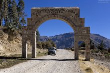 Солидная арка на въезде в одну из деревень ущелья.
