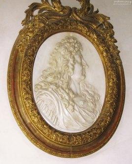 Скульптурный портрет Людовика XIV в массивной раме. Королевский дворец.