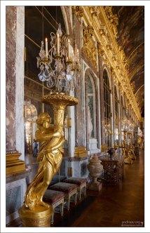 Позолоченные скульптурные геридоны в Зеркальной Галерее дворца.