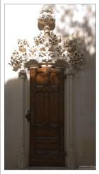 Боковой вход в римско-католическую часовню. Quinta da Regaleira.