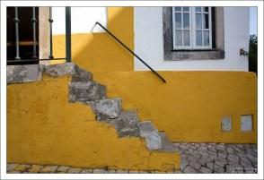 Желтый - один из трех любимых цветов жителей города.