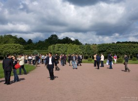 Китайские туристы в Верхнем парке Петергофа.