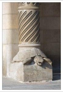 Колонны в виде пальм, опираются на спины черепах.