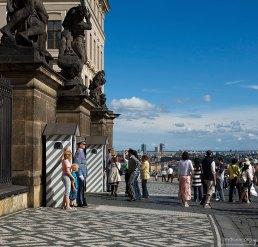Почетный караул на входе в Первый двор Града.