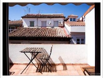 Солнечный балкон квартиры на улице Calle Barcelona.