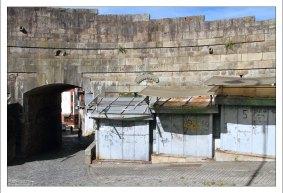 Сомнительный район у подножия собора Se do Porto.