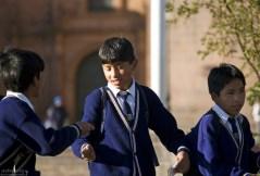 Школьники в одинаковых галстуках, рубашках и жилетах.