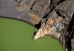 Поверхность зеленого озера с близкого расстояния.