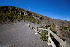 Ограждение по краю кратера вулкана Иразу, и начало равнины Playa Hermosa из спресованного пепла.