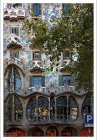 """Дом Бальо (Casa Batlló), известный как """"Дом костей""""."""